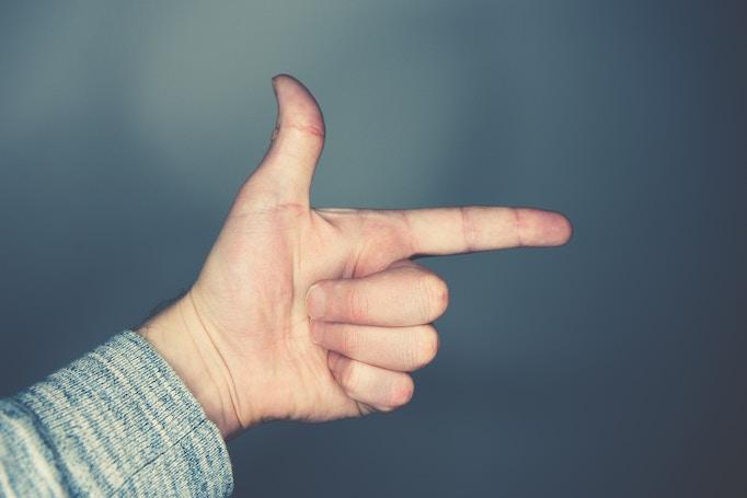 指を指す手