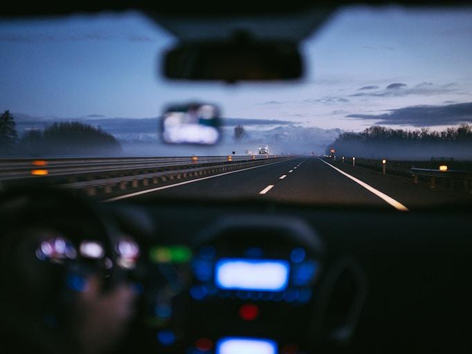 高速を運転する営業マン