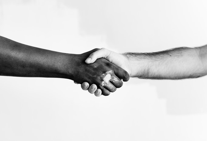 顧客と職人の握手シーン